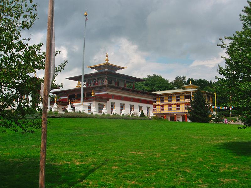 Activités alentours : Temple bouddhiste à 45 mn du gîte Aux Petits Bonheurs - Photo©COMeStudio